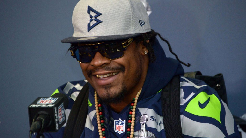 Twitter reacts to Marshawn Lynch re-signing with...