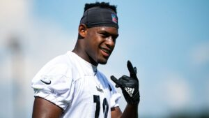 JuJu Smith-Schuster opts to re-sign with...