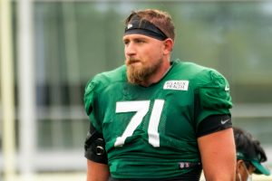 Alex Lewis has to earn Jets' trust after rocky end...