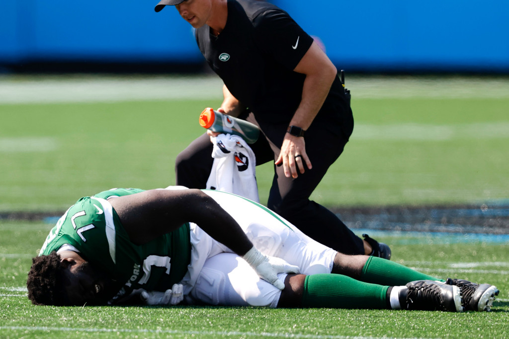Jets' Mekhi Becton to miss long stretch with knee...